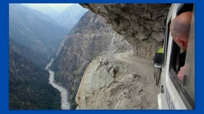 Image: Mini van driver carefully approaches cliff side road