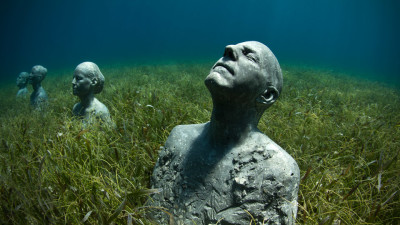 Image: Sculptures of people underwater