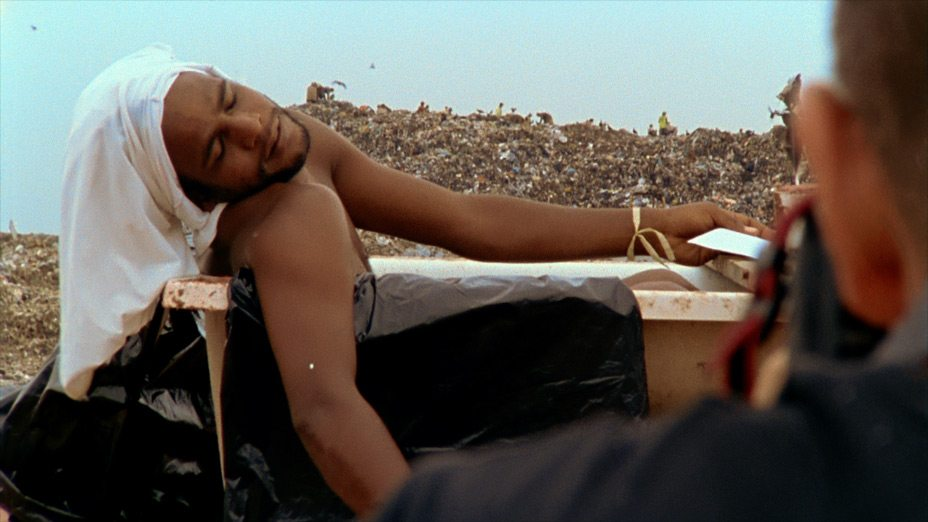 Image: Vic Muniz Photographing Man in a tub in dump