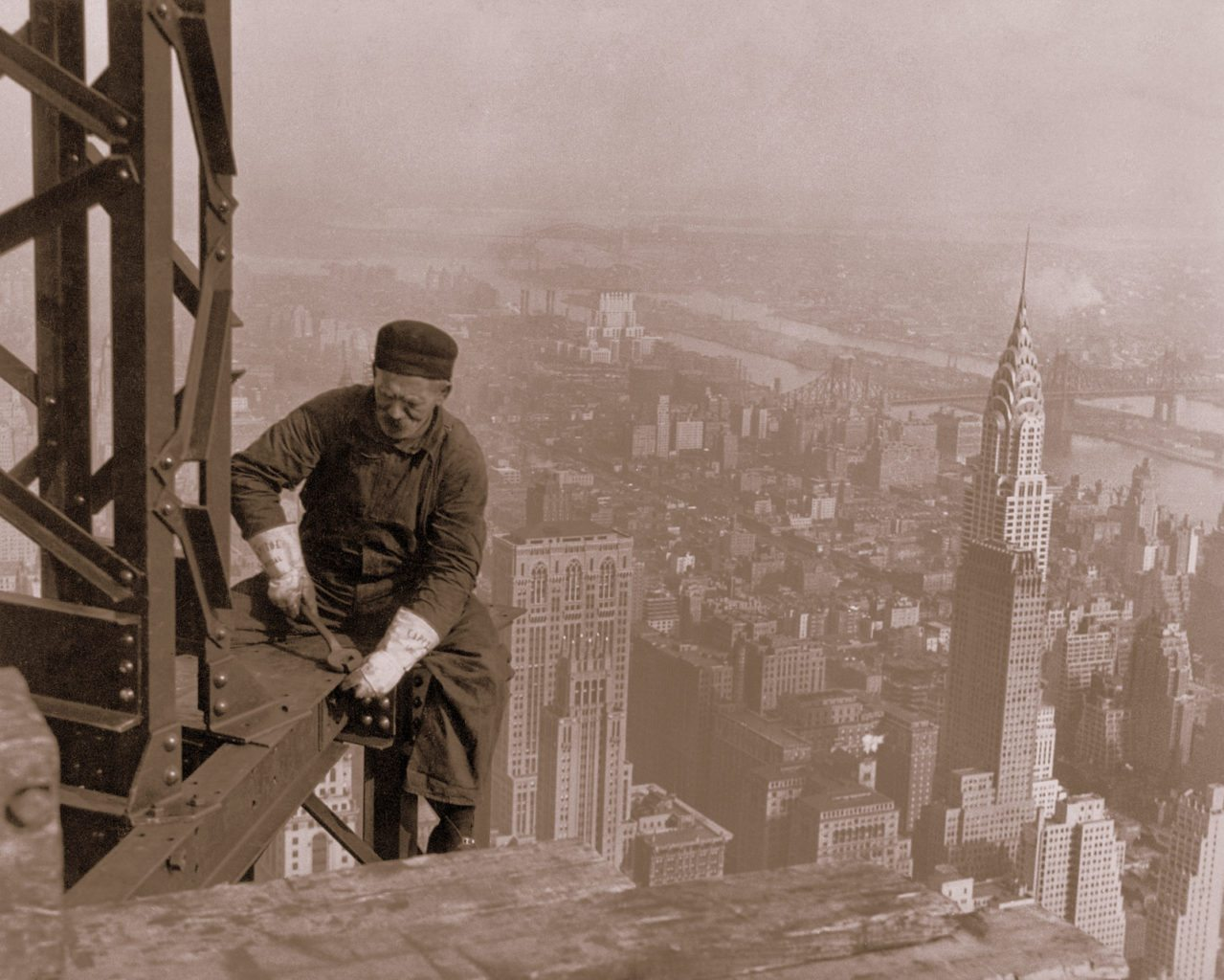 Image: Iron worker high above Manhatan building the Empire State building