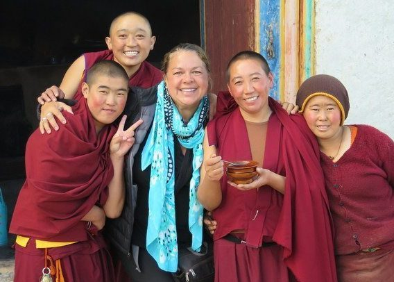 Image: Dr. Lynda and 4 Buddhist nuns in Tibet