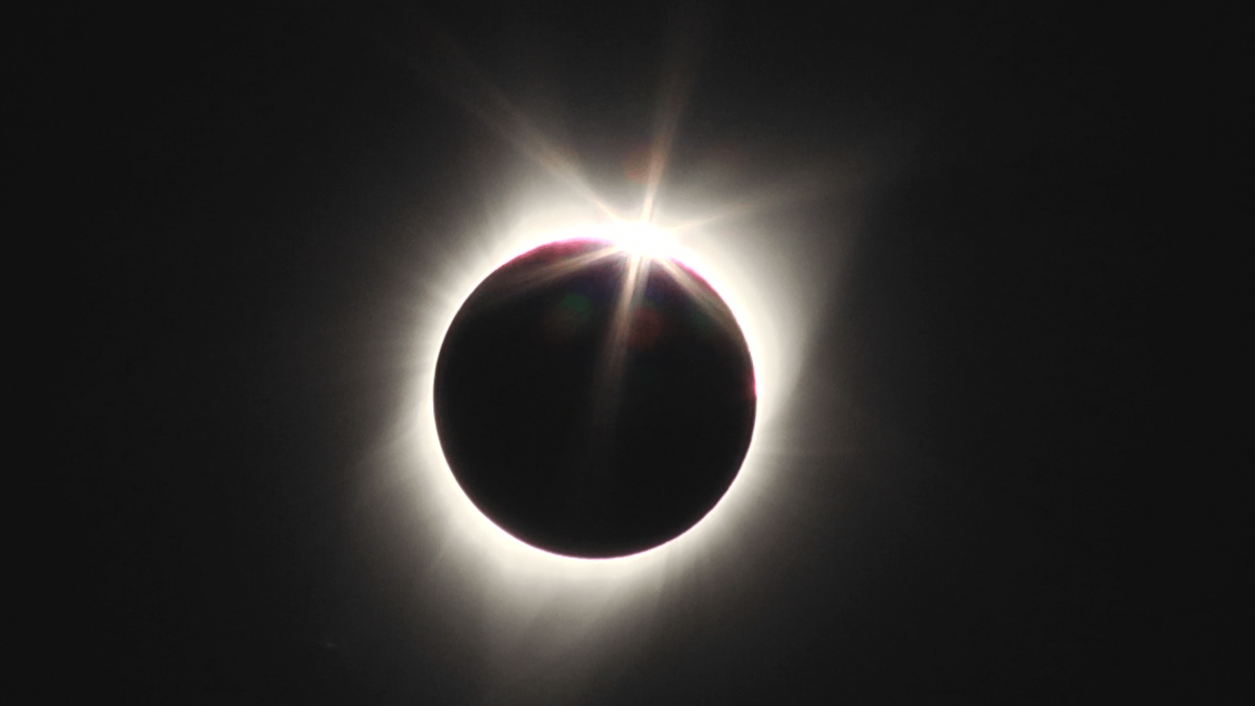 Image: the diamond ring effect on the sun caused by a full solar ecipse