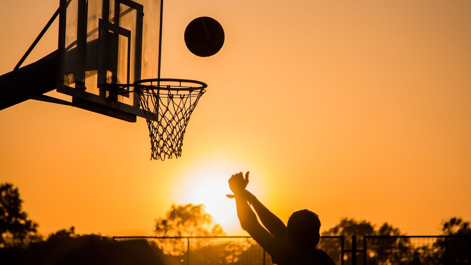 Image: Silhouette of a basketball player shooting