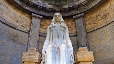 Image: Statue of a woman in a round room