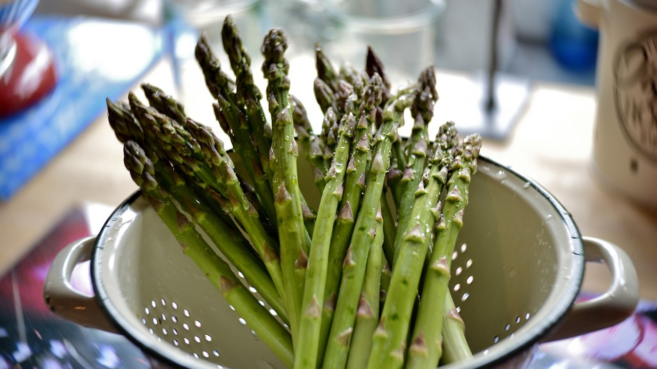 Image: a bunch of freshly washed asparagus in a strainer