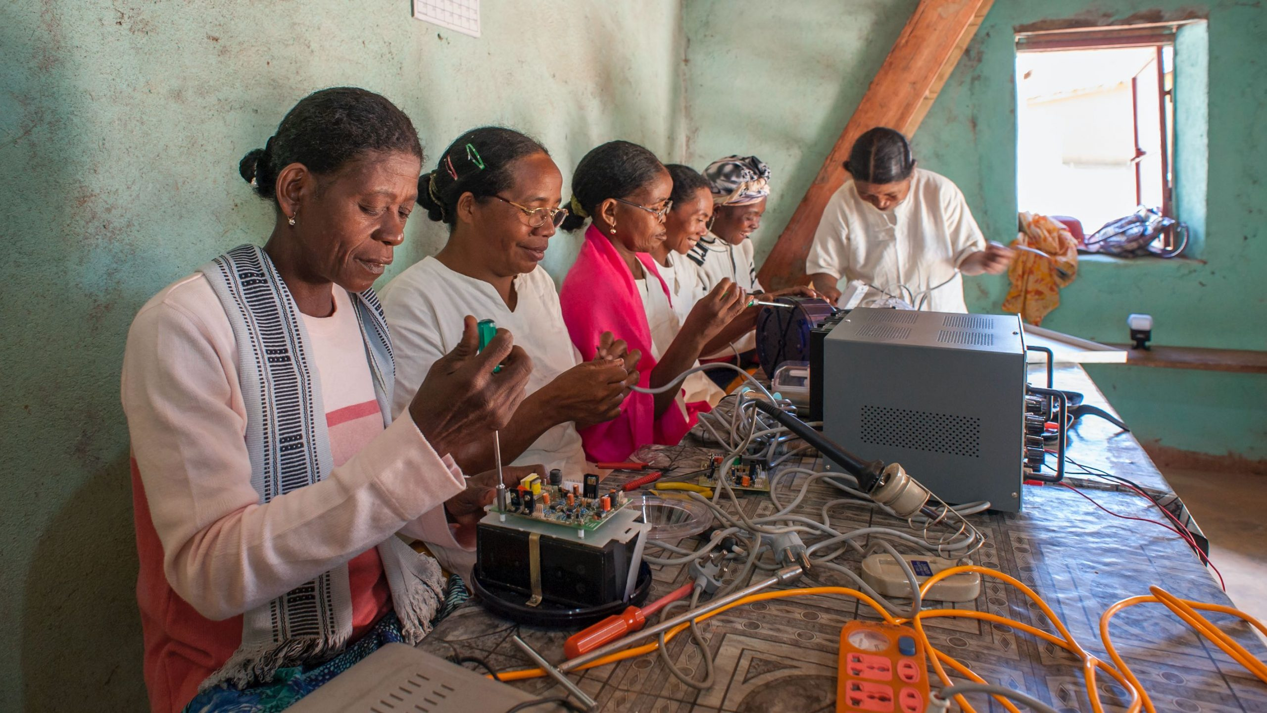 Image: solar mamas learning to become solar engineers